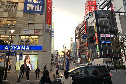 高島屋の角を左に曲がって直進すると、洋服の青山が見えます。