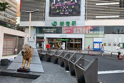 JR新宿駅東口を出ます。