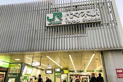 JR代々木駅西口から出ます。