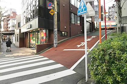 代々木一丁目の信号を通り過ぎ、ひとつめの道を右に進みます。