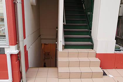 階段を降りた地下に代官山店がございます。ドアを開けてお入りください。