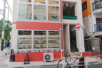渡った先にある白とピンクの建物の地下1階に代官山店がございます。