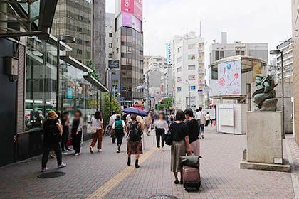 恵比寿様の銅像を通り越し、交番を右手に交差点を直進します。