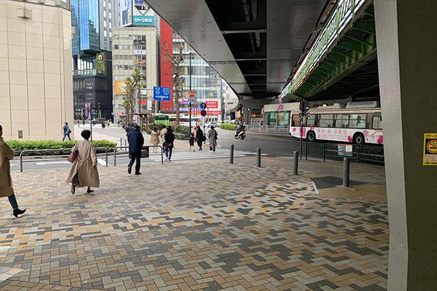 ②有楽町駅を背に横断歩道を直進します