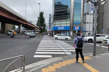 ⑤ SHOSEN(書店)方面に横断歩道を渡ります