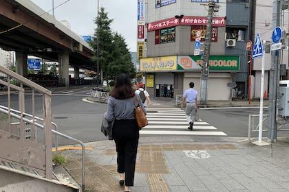 ⑧ にっしんカメラ方面に横断歩道を渡ります