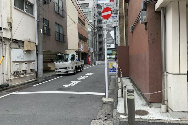 ② 出口を右手に横断歩道を右折し、直進します